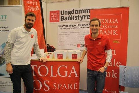 Robert Holm og Esten Inge Hilmarsen I Tolga -Os sparebank, som er en av lokalbankene som nå lanserer ny app.  Arkivfoto