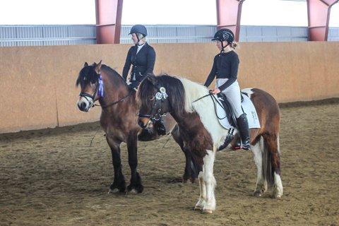 Ina Trøen (t.v.) med Tangen Markus fra Røros og omegn hestesportsklubb fikk 3. premie i LC dressur og 4. plass i 60 cm sprang. For denne innsatsen ble hun premiert som klubbmester i dressur og sprang sammenlagt for senior. Til høyre Gøril Grindflek Granås med Isold Fra Lia. Hun rir for Tylldalen/Rendalen ride og kjørelag og var yngste deltager under stevnet og mottok deltagersløyfe.