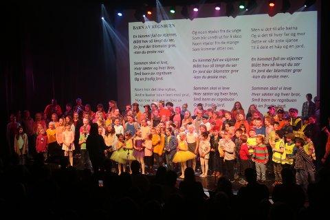 """Mer enn 200 elever avsluttet kulturskolens vårforestilling med allsang av """"Barn av regnbuen"""""""