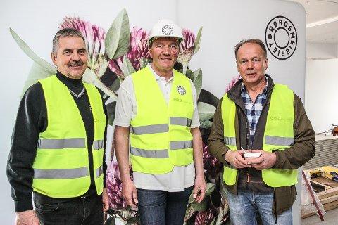 PÅ LAGET: Kjell Anders Sandkjernan (t.v) la om til økologisk mjølkeproduksjon for over 30 år siden, mens Gudmund Tronsmoen (t.h) ble økobonde fra nyttår. Nå ønsker meieribestyrer ved Rørosmeieriet, Trond W. Lund at enda flere bønder i fjellregionen legger om til økologisk mjølkeproduksjon.