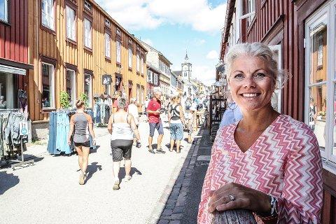 FORNØYD: Reiselivssjef Tove R. Martens i Destinasjon Røros var fornøyd med turisttrafikken på Røros i sommer. Nå oppfordrer helsemyndighetene folk til å forberede seg på at sommerferien må tilbringes innenfor Norges grenser. Arkivfoto