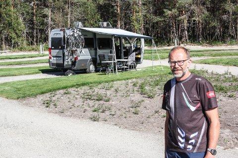 ØKT TRAFIKK: Stein Ytterhaug ved Røste Hyttetun & Camping opplever økende besøk av bobiler. Han har i sommer utvidet med 12 plasser for bobiler og campingvogner.