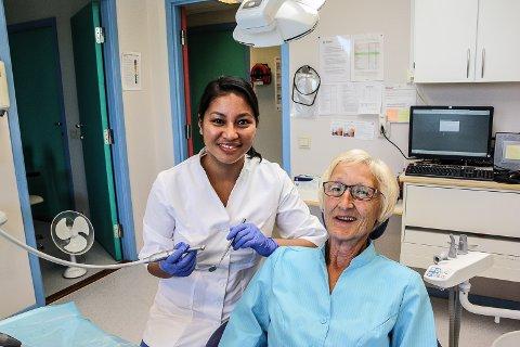TRYGG I STOLEN: Leder ved Os tannklinikk, Toril Wardenær er svært glad for å ha ny tannlege på plass. Hun er er trygg på at Aina Sanchez vil gjøre en utmerket jobb ved klinikken.