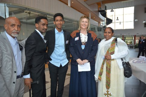FAMILIE: Fra venstre: Estifanos Eyassu Kidane, Zemicheal Estifanos Eyassu, Ermias Estifanos Eyassu, varaordfører i Tynset Tone Hagen og Sara Girmay.