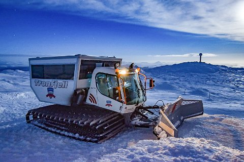 TRÅKKEMASKIN: Tronfjell Eiendoms beltegående maskin hadde plass til 17 passasjerer i kabinen. Nå er den solgt ut av bygda. Her er maskinen fotografert på toppen av Tron av en av Rettens lesere.