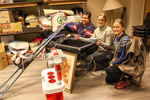 SAMLER LOPPER: Anne Cathrin Johnsen (f.v), Anette Slettevold og Anette Breen samler inn lopper til nytt marked i Dalsbygda samfunnshus.