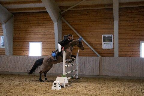 Nord-Østerdal hestesportsklubb arrangerte ridestevne i grenene dressur og sprang.