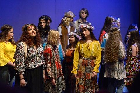 En gruppe fargerike hippier.