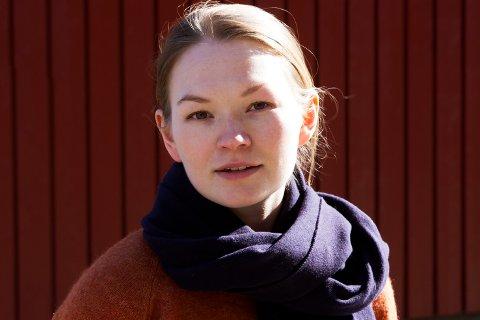 SPRÅKMEKTIG: Marja Mortensson synes det er spennende å kunne utvikle det sørsamiske språket og se hvordan det kan være et kunstnerspråk.