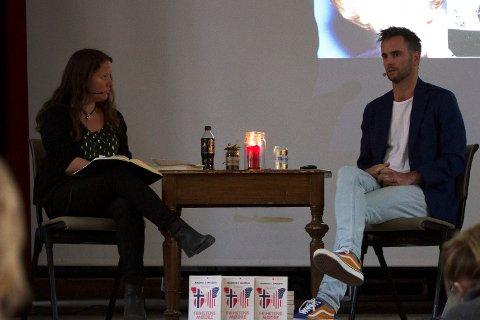 BOKBAD: Marianne Breigutu bokbadet Magnus Marsdal sin siste bok «Frihetens mødre» under arrangementet Natt til 1. mai i Sangerhuset i går. Boken handler om generasjoner og samfunnsutvikling, og ble til da Marsdal hadde seks måneders pappaperm i California.