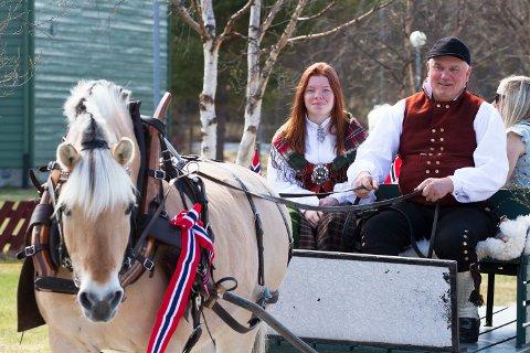 Terje Thoresen fører hesten, med Emma Presthagen som passasjer i 17. maitoget på Os i 2019.
