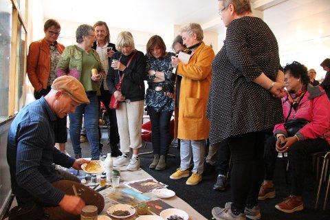 Det flokket seg med interesserte og spørrelystne rundt Roar Kjærnstad.