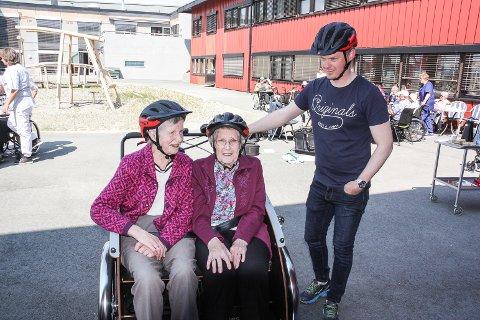 STORFORNØYD: Oddveig Brynhildsvoll (t.v) og Magda Døhl var storfornøyd etter prøveturen med folkehelsekoordiantor Frode Bukkvoll.