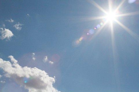 SOL: Sol fra nesten skyfri himmel.