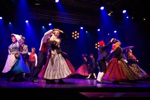 RØROS: Rørosingenes lag 1 under lagdansen på Landskappleieken i Vågå.