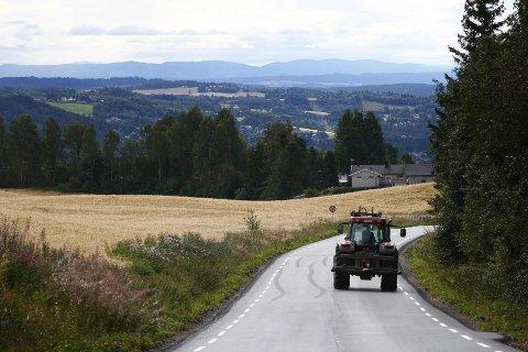 En traktor på landeveien ved Brumunddal i Ringsaker på Hedmarken.Foto: Håkon Mosvold Larsen / NTB scanpix