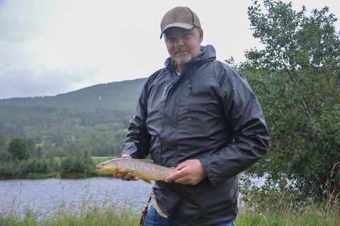 SEIER: Kim Rudolph fra Alvdal tok storeslem under festivalen i fjor. Ikke bare vant han konkurransen om størst fisk med denne flotte ørreten på 6 hekto, han vant også konkurransen om størst vekt.