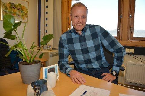 NYE LEGER: Helse- og omsorgssjef Øystein Kyrre Johansen er godt fornøyd med at kommunen har rekruttert tre nye leger.