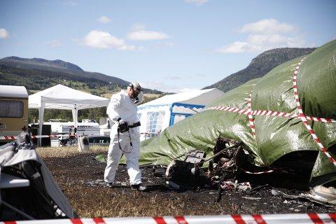 Krimteknikere fra politiet var fredag på Vinstra for å undersøke brannstedet.