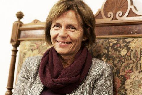 FØLELSER: Mona Strømmevold har mye følelser knyttet til bokhandelen og lokalet som har vært i Knuts familie i tre generasjoner. Sofaen hun sitter i har tilhørt familien i like lang tid.