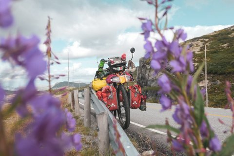 NORSK NATUR: I rykk og napp skildrer Nicoló Menardi og kameraten sykkelturen på Instagram og Facebook. I sassi che rotolano er navnet på den personlige bloggen på Instagram.