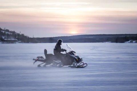 NESTEN LYDLØS: Nesten lydløst suser den av gårde, den finskproduserte elscooteren, som nå skal tas i bruk på Svalbard.