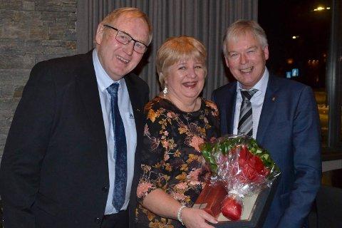 Jubilant Julie Hogstad fra Tynset Gull og Gaver med styreleder John Egil Holden (t.v.) og administrerende direktør Morten Erik Stulen.