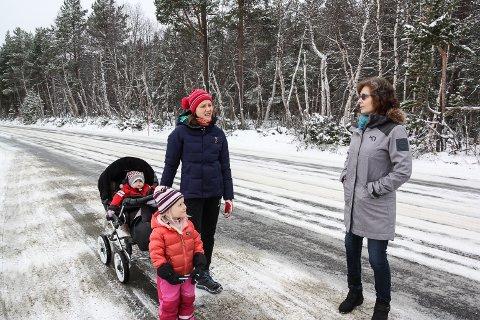 TA TAK SELV: Ragni Sandnes Johaug (t.v) og Astrid Nyvoll vil bedre trafikksikkerheten langs fylkesveg 30, men det er klare begrensninger på hva de selv kan gjøre med dette.