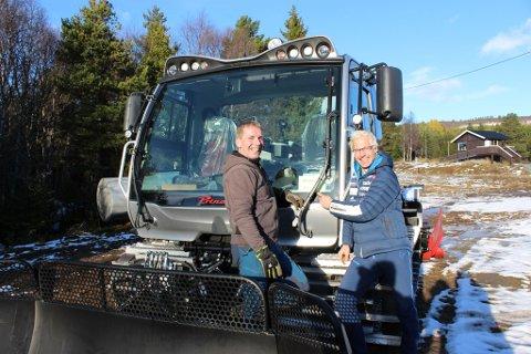 FORNØYD: Dugnadssjåfør, Ingar Frengstad og leder i Kvikne Løypelag, Harald Svergja, ser frem til å teste den nye maskina.