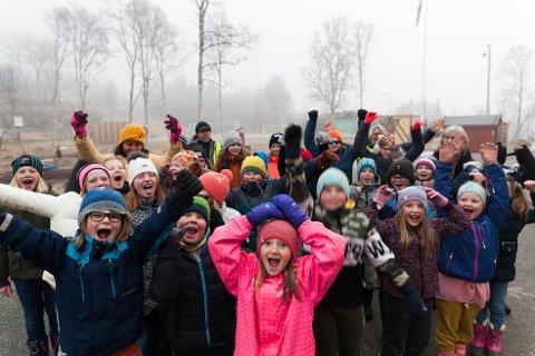 Glade unger: Jubelen sto i tåka på Glåmos skole fredag morgen.