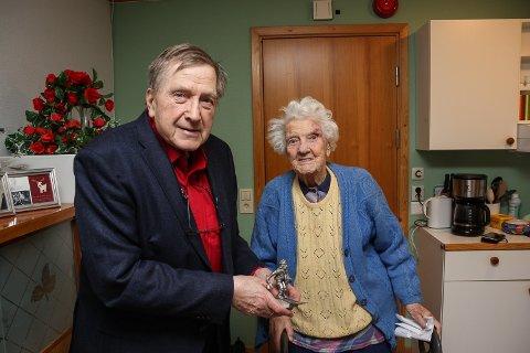 FIKK HEDERSPRIS: Tidligere HV-sjef Leif Kåre Kvangraven overrakte Birkebeiner-prisen til tidligere HV-lotte Lillian Westum.