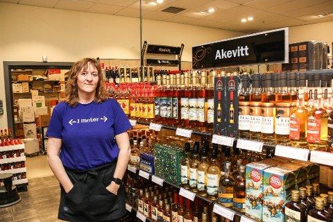 SOLID ØKNING: Butikksjef Birgitte Følstad ved Vinmonopolet på Røros konstaterer at omsetningen fortsetter å øke.
