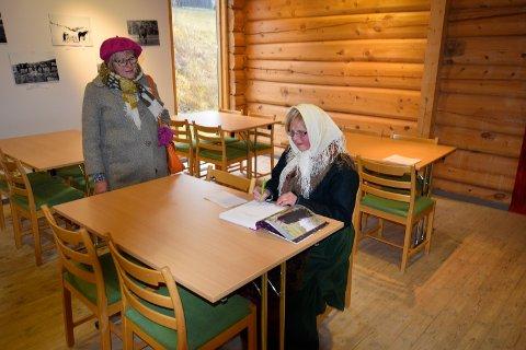 Signerer: Forfatter Helga Reidun Bergebakken Nesset signerer bok til Kari Gjelten.