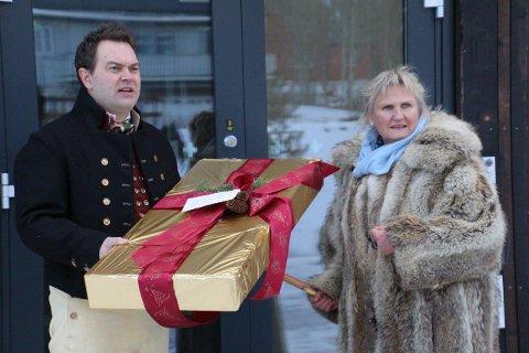 JULENISSE-BESØK: Høyre-politiker Tirill Langleite overrasket direktør Bjørn Børresen ved Norsk helsearkiv med samlokalisering av Helsedataservice og 14 nye statlige  arbeidsplasser på Tynset i julegave.