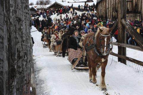 Martnashest: Hestefølget har gjort unna åpningen på Malmplassen og er på tur ut. Foto: Tor Enget