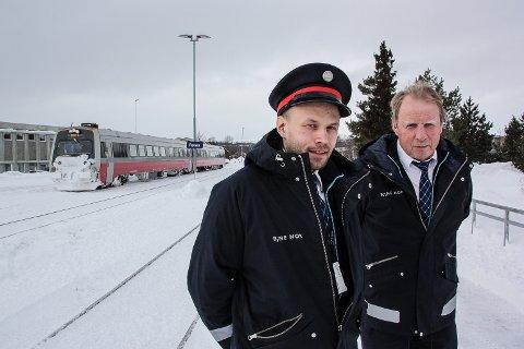 SØKER ASPIRANTER:  Matheus Mortensson (t.v) og Leif Atle Gjære er togstyrere ved Røros stasjon. De oppfordre lokale folk til å søke som aspiranter til trafikkstyring i Bane Nor.