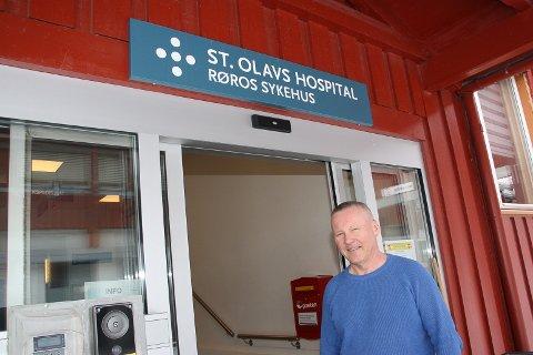 HOLDER ÅPENT: - Selv om Røros sykehus skal være koronafritt, tar vi i mot henvendelser fra folk, sier avdelingssjef Jon Gunnar Skogås.