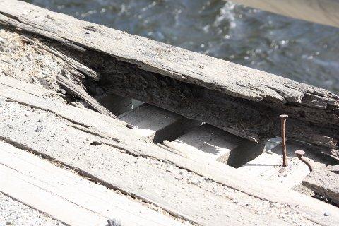 SLITTE KANTER: På flere steder er kanten på dekket gått i oppløsning og rustne spiker stikker opp.
