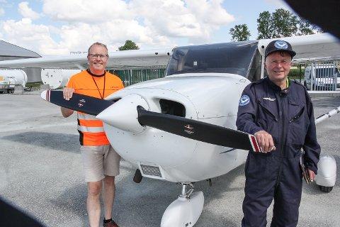 MYE Å SE: Lufthavnsjef Gudbrand Rognes (t.v) og pilot Ole Jørgen Kjellmark anbefaler alle småflyentusiaster til å ta turen til Røros i sommer.