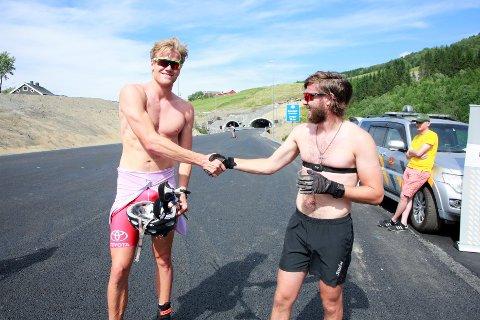 FÅR STØTTE:  Magnus Horten (t.v) satte tidligere i sommer verdensrekord ved å først i mål i et rulleskirenn i den nye tunnelen på E6 gjennom Soknedal.