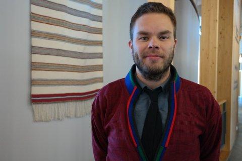 BEKYMRET: Sametingsråd Mikkel Eskil Mikkelsen er bekymret for oppvekstmiljøet for samiske barn i Røros dersom grendeskolene legges ned.