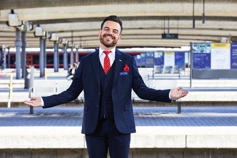 VELKOMMEN: Simen Lockert Rohde fra Røros er sjef for alt servicepersonell i SJ Norge AS. Han stiller selv i uniform når SJ Norge overtar togtrafikken på mandag.