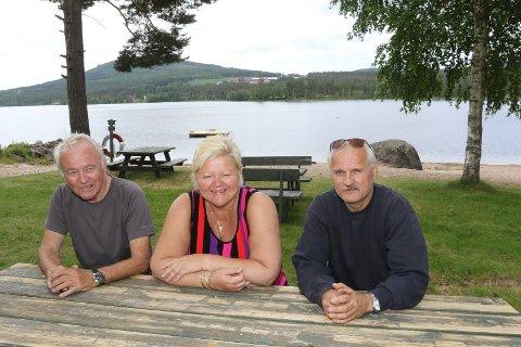 BLIR  HER: – Det er fint her hjemme ved Vermundsjøen, så det er ingen krise å tilbringe det meste av sommerferien her, sier Wenche Vålbekken, her sammen med naboene ved Vermundsjøe, Bjørn Høklingen, til venstre, og Per Vermund.