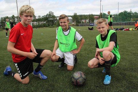 FORNØYD:Trioen Bendik Reitan (f.h), Jo Esten Børseth og  Oliver Åsvoll har kost seg med fotballspill på Øra i hele juli.