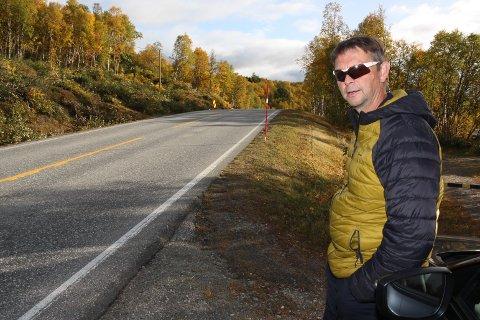 """FARLIG BAKKETOPP:  Leder i trafikksikkerhetsutvalget i Røros, Jon Anders Kokkvoll er glad for at """"Ålenbakken"""" på fylkesveg 31 nå blir fjernet."""