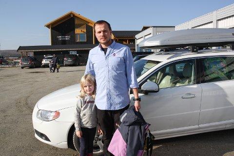 """BIL FOR BUSS:  TIl daglig tar 1. klassingen Olivia M. Tamnes buss fra Gjøsvika til Røros skole. Mandag måtte pappa Steinar stille opp som """"bussjåfør"""" på grunn av streiken."""