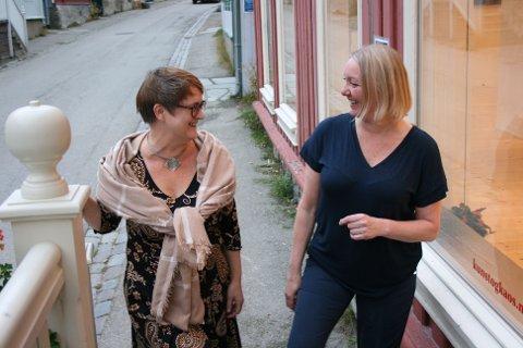 """Åpner utstilling: Sigrid M. Jansen (t.v.) og Ellen Kristine Klemmetvold ønsker velkommen til utstillingen """"Komposisjoner"""". Den åpner torsdag denne uka og blir stående til over påske."""