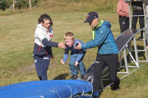 Sats: Mari Leinan Lund og Asgeir Hilmarsen sikrer Lauritz Totlund Aasgard sine føste hoppe i treningsbakken