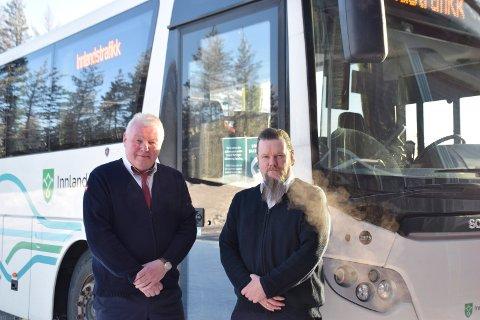 NÅ ER DET NOK: Bussjåførene Arnt Svendsberget (til venstre) og Jan Inge Larsen fra Rena er opprørte over hvor dårlig standard riksveg 3 gjennom Østerdalen har om dagen. - Det er bare flaks at det ikke har gått liv, mener de.