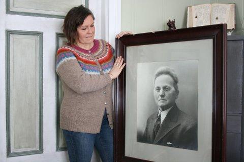 PORTRETT: Portrettet av oldefar Ola Grotdal har kommet hjem til Dalsveien 1 igjen. Det er Kari Grotdal Brænd glad for.